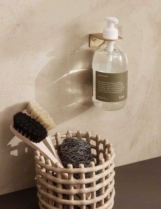 kannst du im Basho Wandhalter Brass um die Spüle in der Küche oder über das Waschbecken im Bad wertvolle Fläche freimachen, indem du deine Reinigungs- und Handpflegeprodukte auf raffinierte Weise an die Wand hängst.
